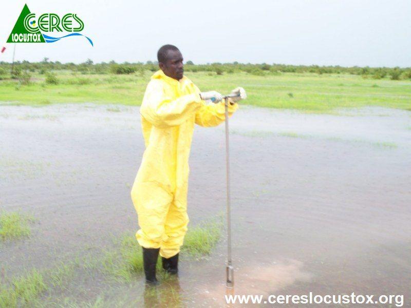 Prise échantillon sol contaminé sur site inondé 1